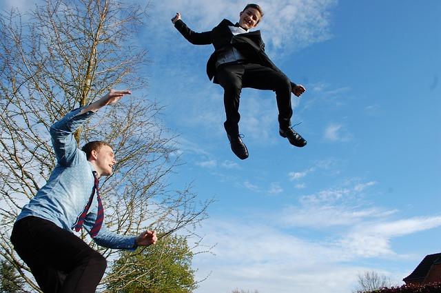 chlapci, obleky, skok