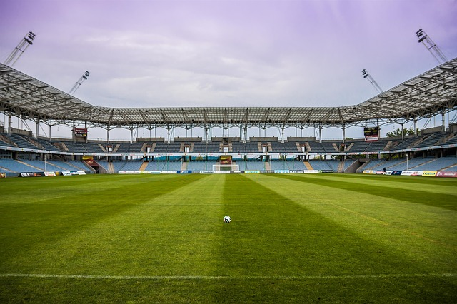 míč na prázdném stadionu