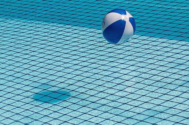 míč v bazénu