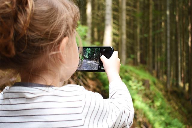 holčička fotí les