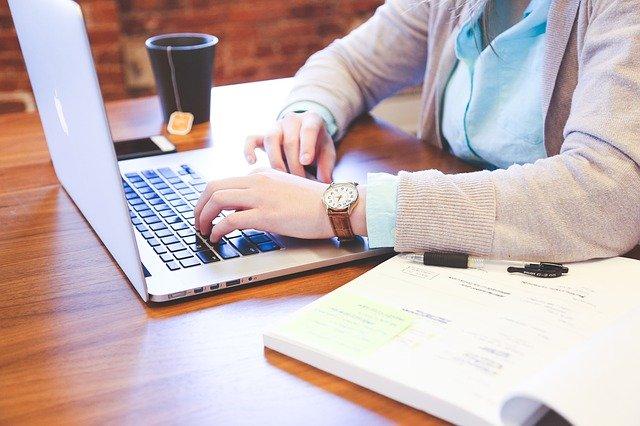 žena píšící na počítači